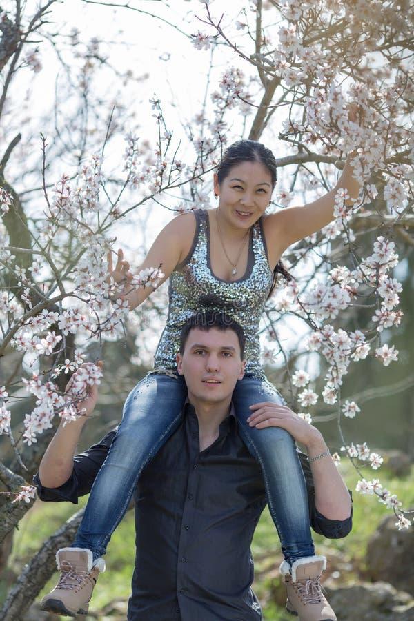 Ελκυστικό ζεύγος στο ανθίζοντας πάρκο στοκ εικόνα με δικαίωμα ελεύθερης χρήσης