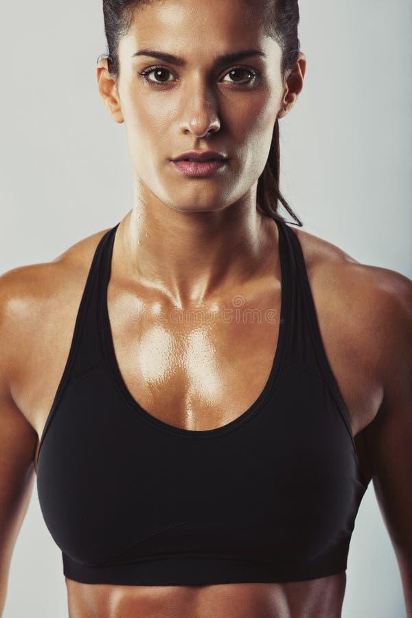 Ελκυστικό θηλυκό bodybuilder που θέτει με βεβαιότητα στοκ εικόνες
