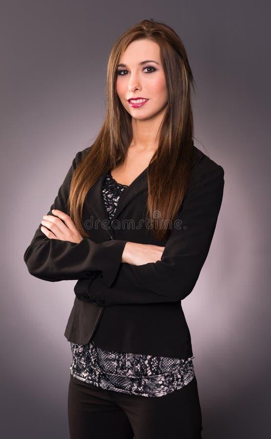 Ελκυστικό διασχισμένο βραχίονας γραφείο επιχειρησιακών γυναικών Brunette θηλυκό στοκ φωτογραφία με δικαίωμα ελεύθερης χρήσης