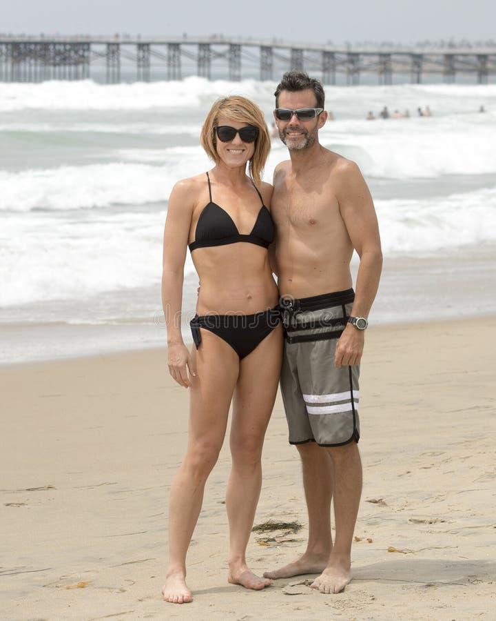 Ελκυστικό και κατάλληλο μέσης ηλικίας ζεύγος στην παραλία αποστολής στοκ φωτογραφία με δικαίωμα ελεύθερης χρήσης