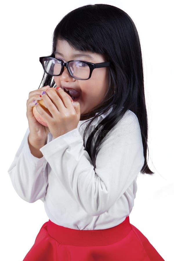Ελκυστικό κορίτσι με το μήλο στο στούντιο στοκ εικόνες