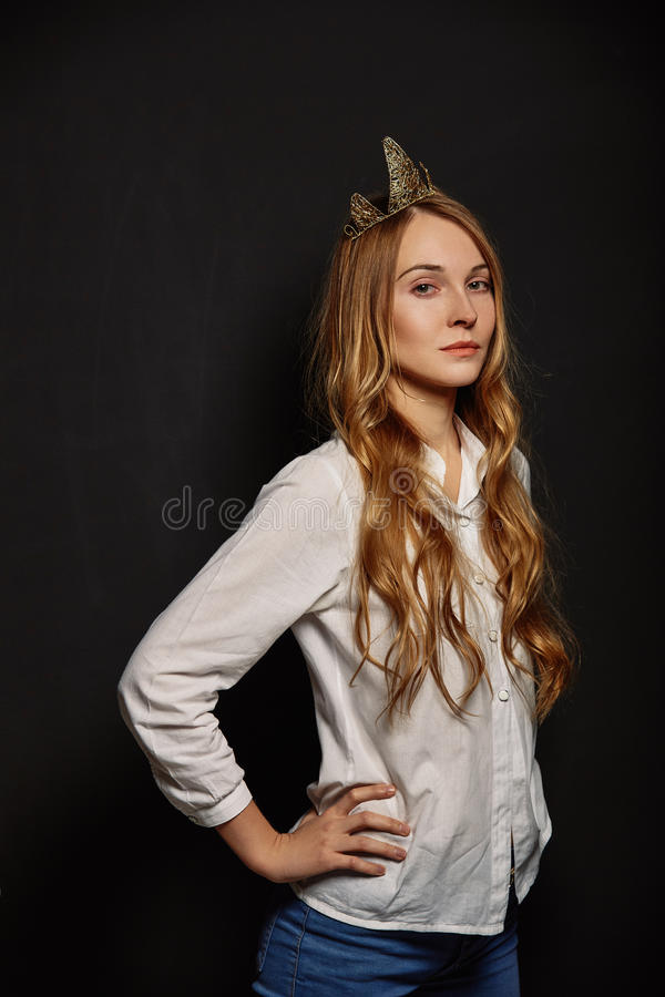 Ελκυστικό κορίτσι σε ένα άσπρο πουκάμισο με μια κορώνα στο κεφάλι της στοκ εικόνα με δικαίωμα ελεύθερης χρήσης