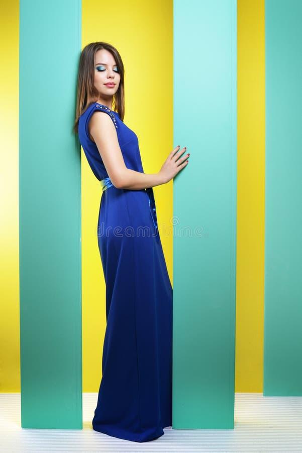 Ελκυστικό κορίτσι σε ένα μακρύ φόρεμα στοκ εικόνες