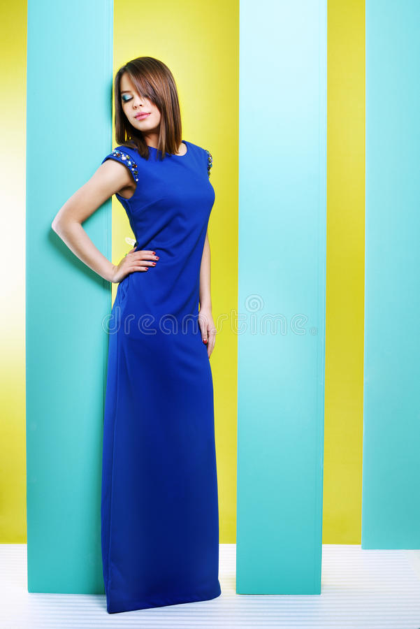 Ελκυστικό κορίτσι σε ένα μακρύ φόρεμα στοκ φωτογραφίες με δικαίωμα ελεύθερης χρήσης