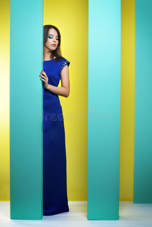 Ελκυστικό κορίτσι σε ένα μακρύ φόρεμα στοκ φωτογραφία με δικαίωμα ελεύθερης χρήσης