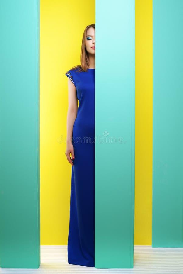 Ελκυστικό κορίτσι σε ένα μακρύ φόρεμα στοκ φωτογραφία