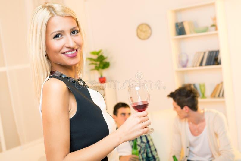 Ελκυστικό κορίτσι στο κόμμα σπιτιών στοκ εικόνες με δικαίωμα ελεύθερης χρήσης
