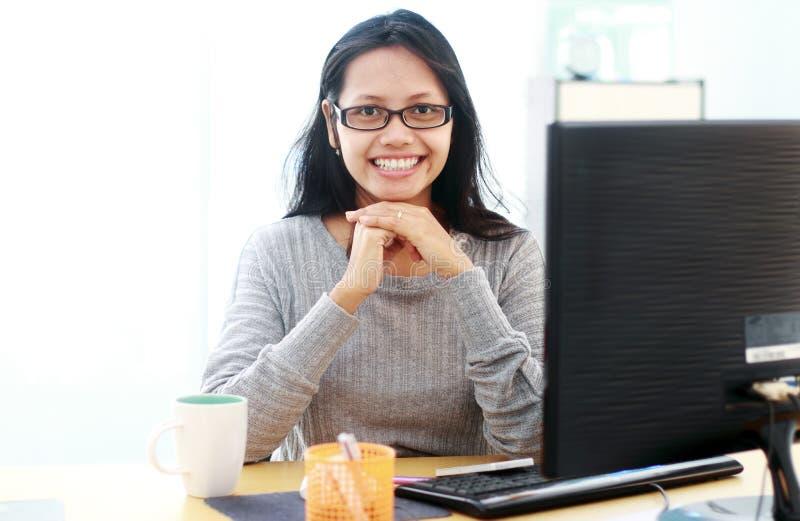 Ελκυστικό μέτωπο καθίσματος επιχειρησιακών γυναικών ο υπολογιστής της στο offi στοκ εικόνα