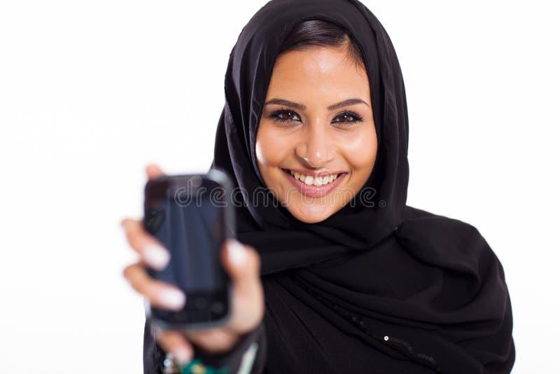 Μουσουλμανικό τηλέφωνο κοριτσιών στοκ φωτογραφίες