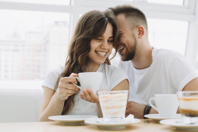 Ελκυστικό νέο ζεύγος κατά μια ημερομηνία σε έναν καφέ στοκ εικόνες