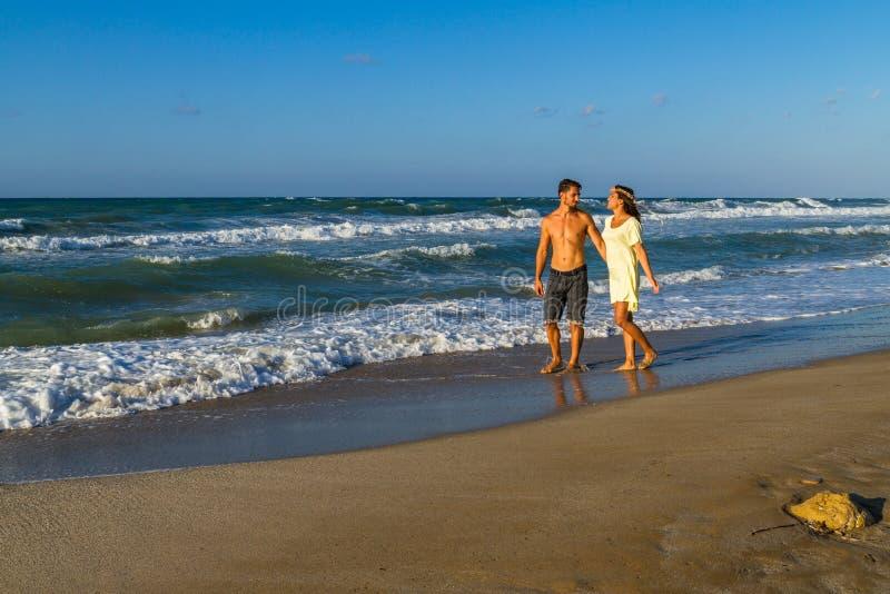 Ελκυστικό νέο ζεύγος σε beachwear στην παραλία στοκ εικόνα