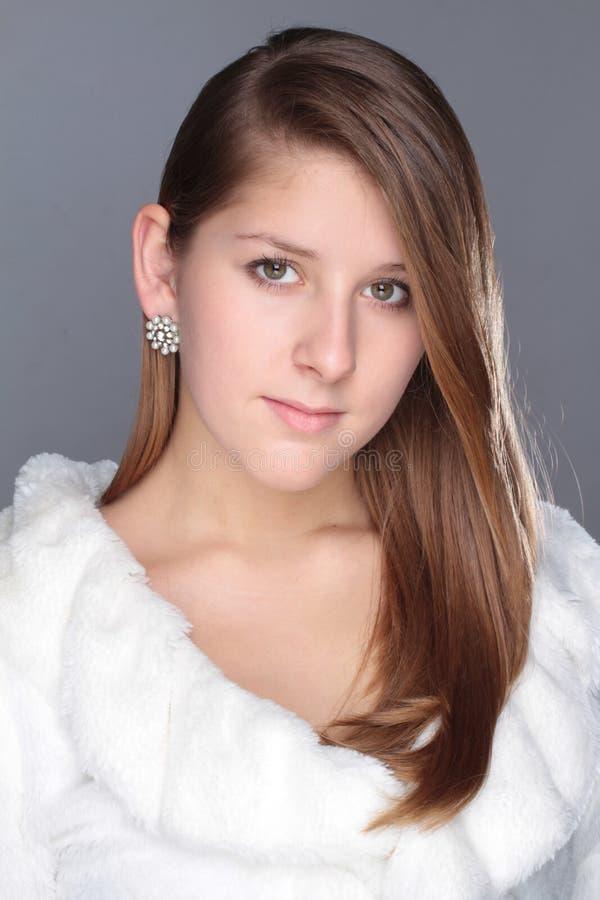 Ελκυστικό νέο κορίτσι χειμερινού πορτρέτου στοκ φωτογραφία