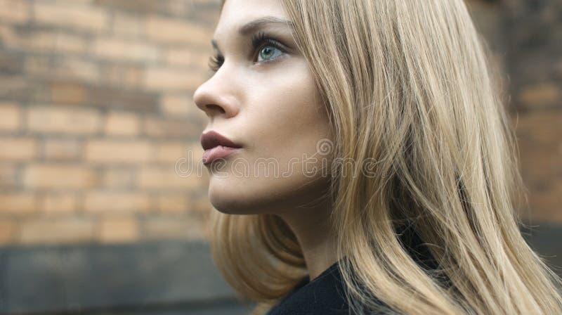Ελκυστικό ξανθό θηλυκό στην οδό στοκ φωτογραφίες