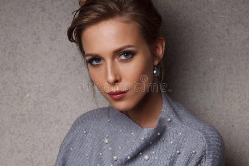 Ελκυστικό ξανθό καυκάσιο θηλυκό στο κλασικό ύφος στοκ εικόνα