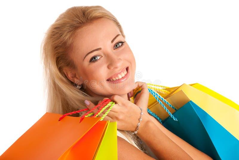Ελκυστικό ξανθό κορίτσι με τις ζωηρόχρωμες τσάντες αγορών στοκ εικόνα με δικαίωμα ελεύθερης χρήσης