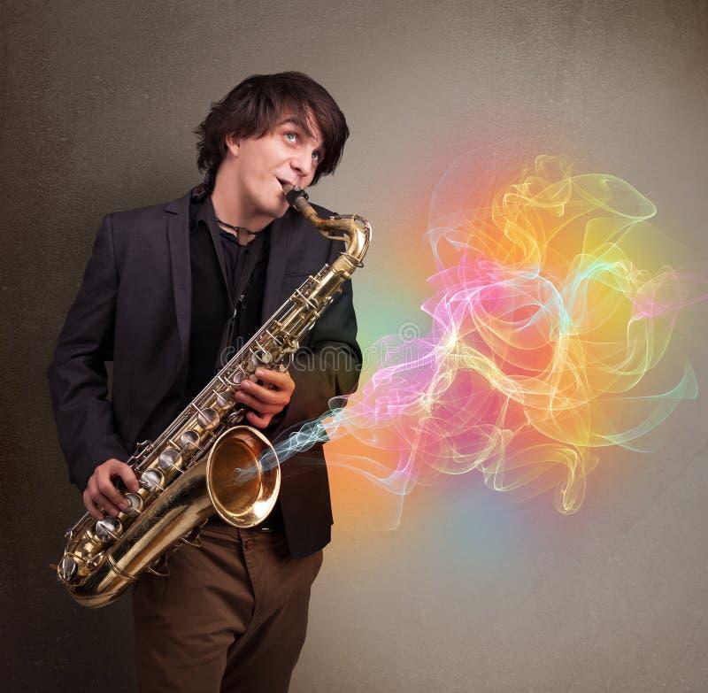 Ελκυστικό παιχνίδι μουσικών στο saxophone με τη ζωηρόχρωμη περίληψη στοκ εικόνες με δικαίωμα ελεύθερης χρήσης