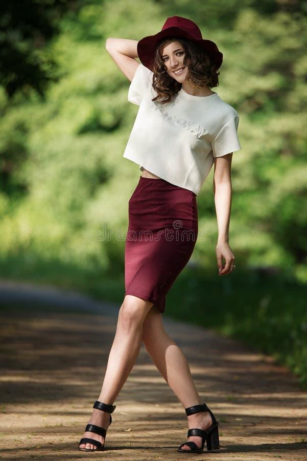 Ελκυστικό όμορφο πορτρέτο γυναικών στο πάρκο μια ηλιόλουστη ημέρα Όμορφο ευτυχές κορίτσι που απολαμβάνει τη φύση στοκ εικόνες με δικαίωμα ελεύθερης χρήσης
