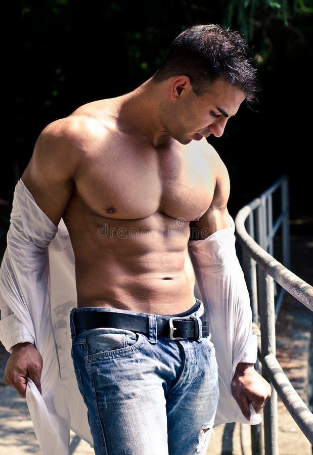 Ελκυστικό bodybuilder με το ανοικτό πουκάμισο που παρουσιάζει μυς κορμών στοκ εικόνες με δικαίωμα ελεύθερης χρήσης