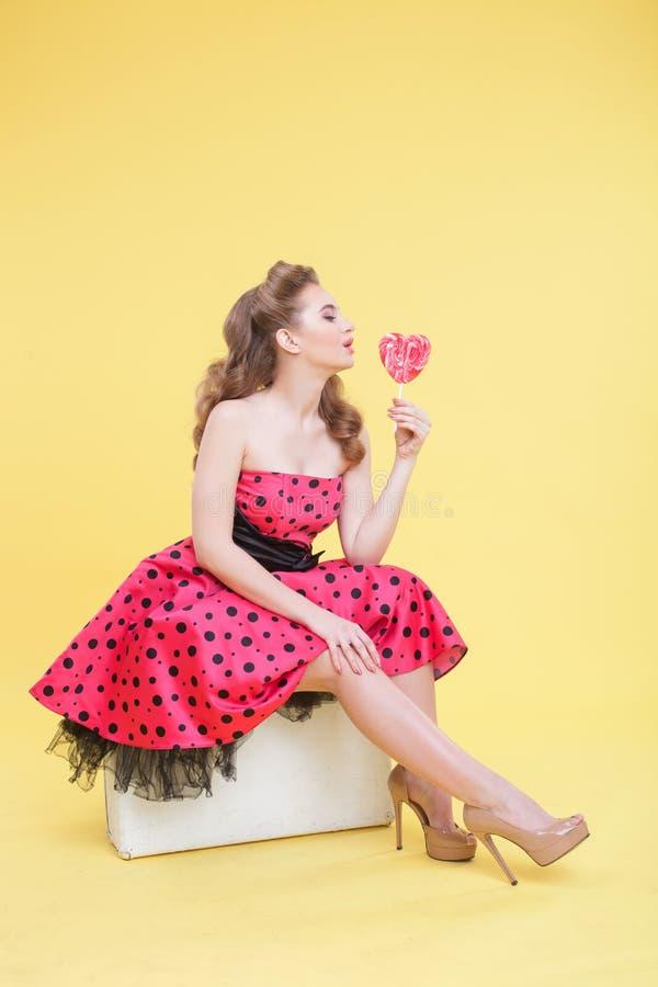 Ελκυστικό flirty κορίτσι με τη γλυκιά καραμέλα στοκ εικόνες με δικαίωμα ελεύθερης χρήσης