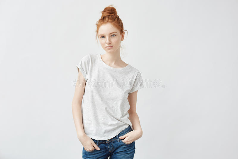 Ελκυστικό redhead χαμόγελο κοριτσιών που εξετάζει τη κάμερα στοκ εικόνα με δικαίωμα ελεύθερης χρήσης