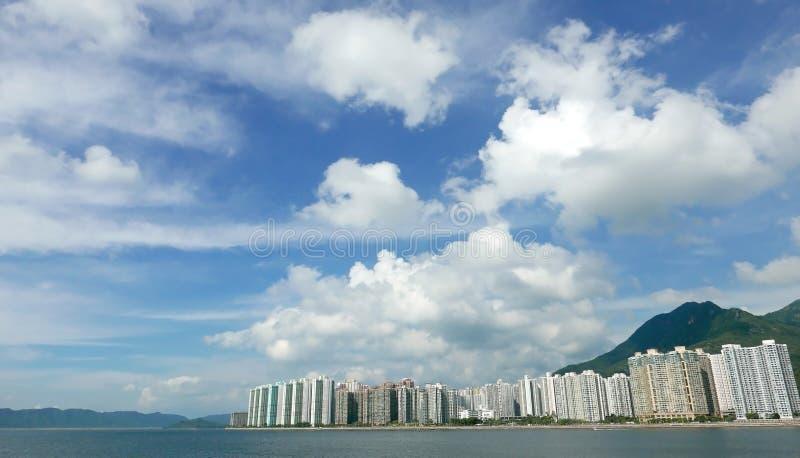 Εδρεύουσα εικονική παράσταση πόλης, cloudscape και μπλε ουρανός κτηρίων στοκ φωτογραφία με δικαίωμα ελεύθερης χρήσης