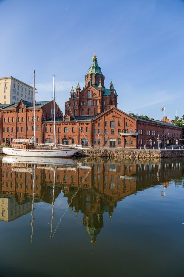 Ελσίνκι, Φινλανδία Πρόσδεση γιοτ, εγκαταστάσεις λιμένων και παλαιός καθεδρικός ναός της υπόθεσης στοκ φωτογραφίες με δικαίωμα ελεύθερης χρήσης