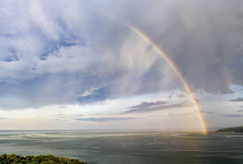 Ζάλη του μεγάλου ουράνιου τόξου πέρα από τη θάλασσα στοκ εικόνες