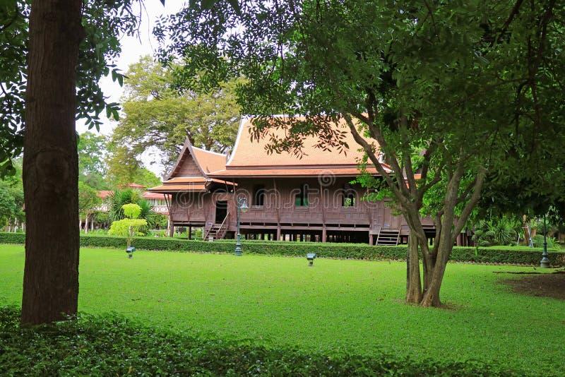 Ζάλη του ταϊλανδικού παραδοσιακού εκλεκτής ποιότητας ξύλινου σπιτιού ύφους σε Sanam Chan, Ταϊλάνδη στοκ εικόνα με δικαίωμα ελεύθερης χρήσης