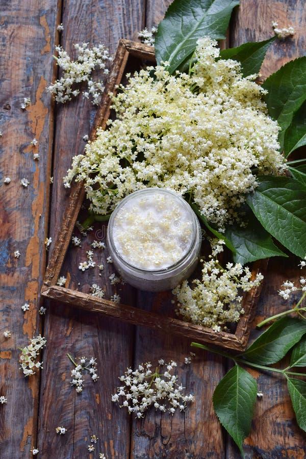 Ζάχαρη Elderflower και λουλούδι ανθών στο ξύλινο υπόβαθρο Τα εδώδιμα elderberry λουλούδια προσθέτουν τη γεύση και το άρωμα στο πο στοκ εικόνες