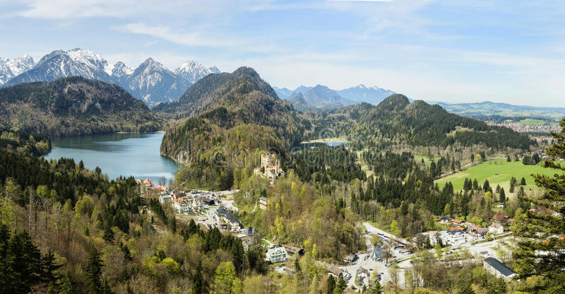 Ζάλη του αλπικού τοπίου με τις λίμνες παγετώνων, τα υψηλά βουνά και το κάστρο Hohenschwangau κοντά στο διάσημο κάστρο Neuschwanst στοκ φωτογραφία με δικαίωμα ελεύθερης χρήσης