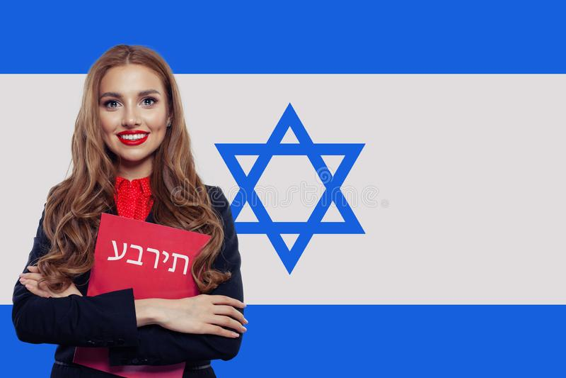 Ζήστε, εργαστείτε, εκπαίδευση και οικοτροφείο στο Ισραήλ Εύθυμη αρκετά νέα γυναίκα με τη σημαία του Ισραήλ στοκ εικόνες