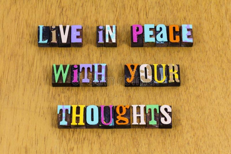 Ζήστε την ειρήνη, σκεφτείτε την καλοσύνη και την φιλανθρωπία ερωτική φράση τύπου στοκ εικόνες