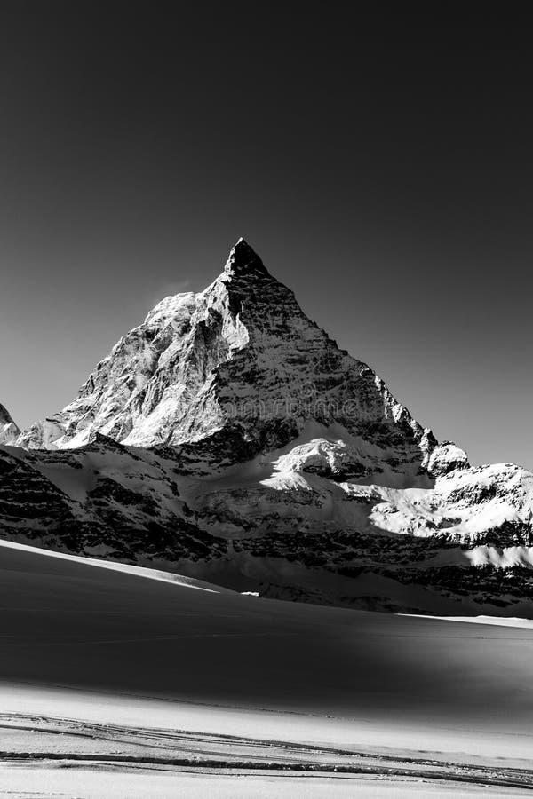 Ζαλίζοντας άποψη του τοπίου βουνών χειμερινού Matterhorn με το γραπτό τρόπο στοκ εικόνες