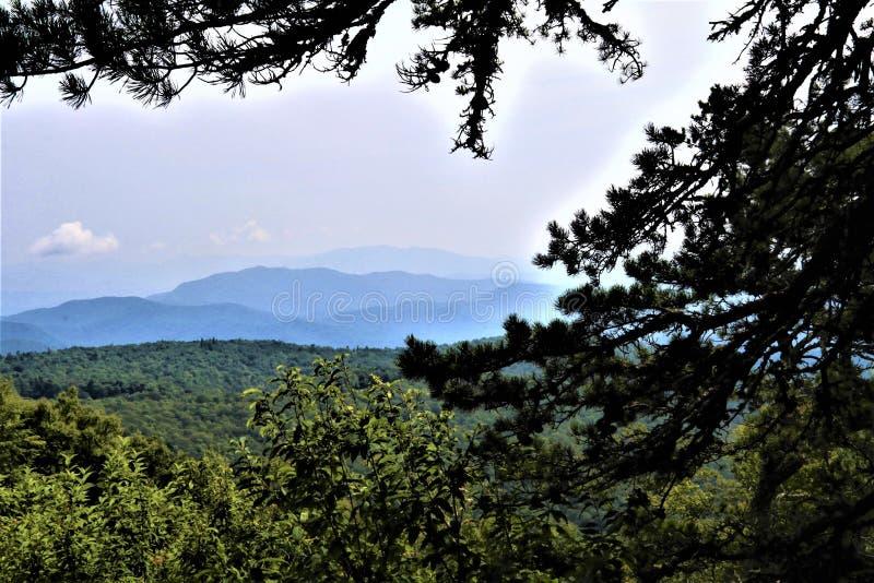 Ζαλίζοντας απόμακρα μπλε βουνά κορυφογραμμών στοκ εικόνα με δικαίωμα ελεύθερης χρήσης