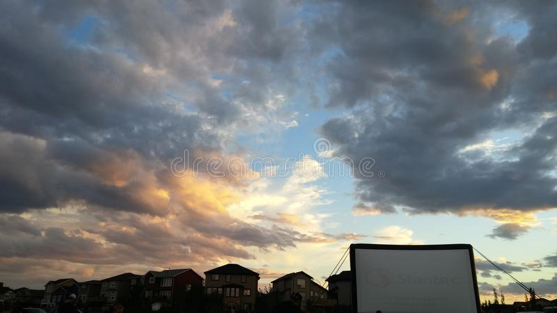 Ζαλίζοντας ηλιοβασίλεμα, κοινοτικός κινηματογράφος Copperwood στο πάρκο στοκ φωτογραφίες