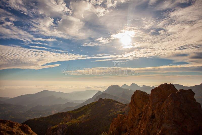 Ζαλίζοντας ηλιοβασίλεμα πολύ στο τοπ του μέγιστου, θεαματικού πεζοπορώ ψαμμίτη σε Malibu, Καλιφόρνια Όντας 3.114 πόδια υψηλός στοκ εικόνες με δικαίωμα ελεύθερης χρήσης