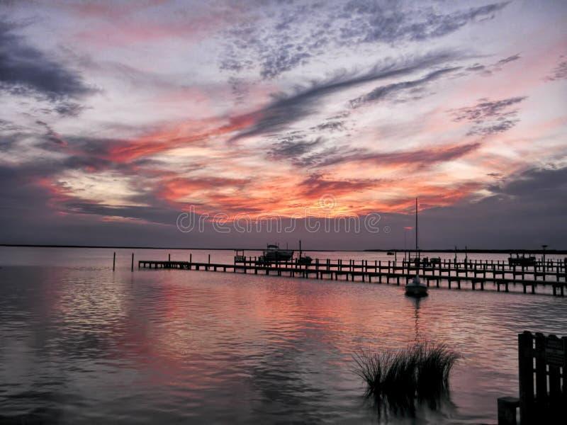 Ζαλίζοντας ηλιοβασίλεμα στις εξωτερικές τράπεζες της βόρειας Καρολίνας στοκ φωτογραφίες με δικαίωμα ελεύθερης χρήσης