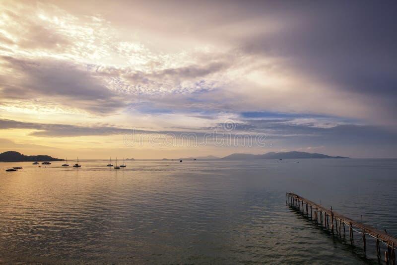 Ζαλίζοντας ηλιοβασίλεμα τοπίου στο νησί Samui, Ταϊλάνδη Ξύλινη αποβάθρα ι στοκ φωτογραφία με δικαίωμα ελεύθερης χρήσης