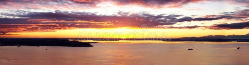 ζαλίζοντας ηλιοβασίλεμα του Σιάτλ στοκ εικόνα