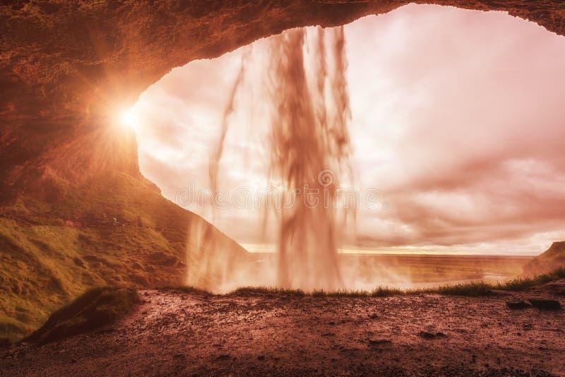 Ζαλίζοντας καταρράκτης Seljalandsfoss, ηλιόλουστο τοπίο φθινοπώρου, άποψη από τη μικρή σπηλιά, Ισλανδία στοκ εικόνες