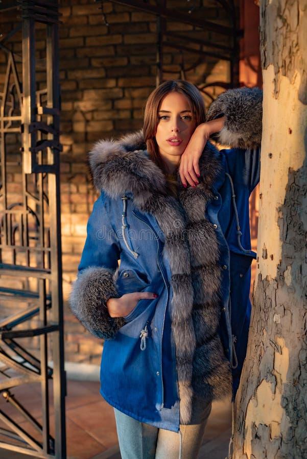 Ζαλίζοντας ομορφιά Σύγχρονη εξάρτηση μόδας Η γυναίκα απολαμβάνει την ηλιόλουστη ημέρα υπαίθρια Εξάρτηση εποχής πτώσης Εποχή φθινο στοκ φωτογραφία
