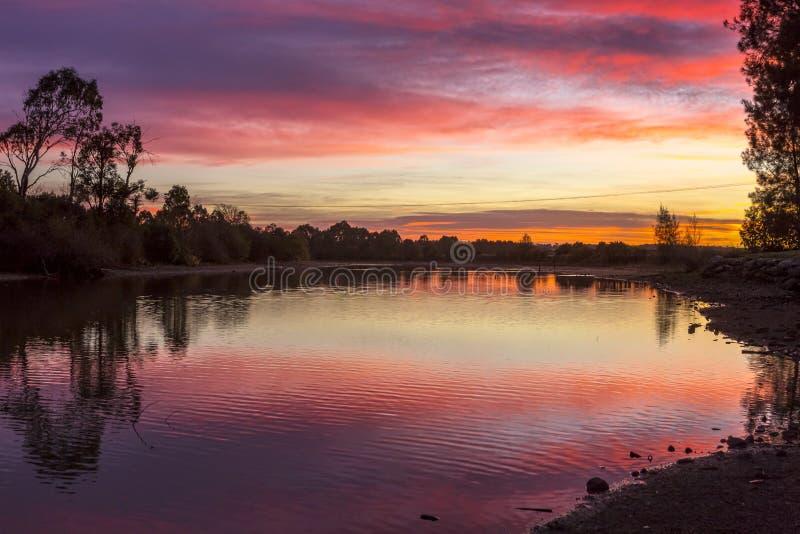 Ζαλίζοντας ουρανοί ανατολής πέρα από το αγροτικό Ρίτσμοντ Αυστραλία στοκ εικόνα
