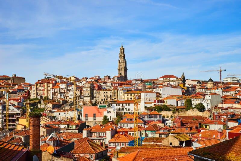 Ζαλίζοντας πανοραμική εναέρια άποψη των παραδοσιακών ιστορικών κτηρίων στο Πόρτο Εκλεκτής ποιότητας σπίτια με τις κόκκινες στέγες στοκ φωτογραφίες