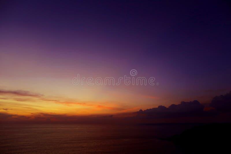 Ζαλίζοντας τοπίο του φωτός, του ουρανού και των σύννεφων το βράδυ, πορφυρό ηλιοβασίλεμα κοντά στο θαλάσσιο ορίζοντα Adaman στοκ εικόνα