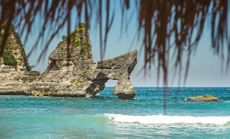 Ζαλίζοντας το όμορφο τροπικό τοπίο παραδείσου νησιών που πυροβολείται κάτω από την άποψη πανοράματος ομπρελών αχύρου παραλιών των στοκ εικόνα