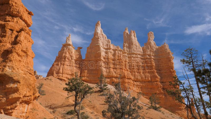 Ζαλίζοντας φαράγγι με το πορτοκαλί αμμώδες φαράγγι του Bryce βουνών όμορφο στοκ φωτογραφία με δικαίωμα ελεύθερης χρήσης