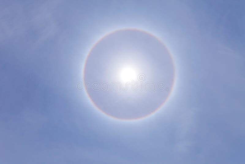 Ζαλίζοντας φωτοστέφανος ήλιων με το βαθύ μπλε ουρανό την ηλιόλουστη ημέρα στοκ φωτογραφία με δικαίωμα ελεύθερης χρήσης
