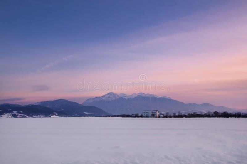 Ζαλίζοντας χειμερινό τοπίο με τους χιονισμένους λόφους στον ορίζοντα Έννοια των διακοπών στο χιονοδρομικό κέντρο στοκ εικόνα με δικαίωμα ελεύθερης χρήσης