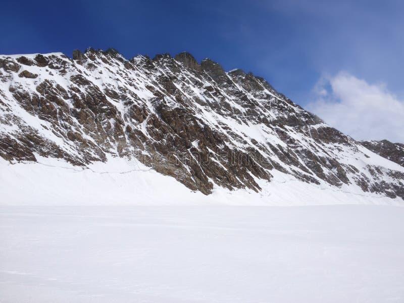 Ζαλίζοντας όμορφη πανοραμική άποψη του χιονοσκεπούς τοπίου ορών βουνών Bernese στην περιοχή Jungfrau, Bernese Oberland, Ελβετία στοκ εικόνες