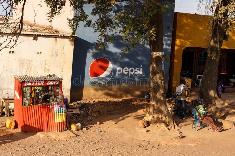 ΖΑΜΠΙΑ - 14 ΟΚΤΩΒΡΊΟΥ 2013: Οι τοπικοί άνθρωποι πηγαίνουν για την καθημερινή ζωή στοκ εικόνα